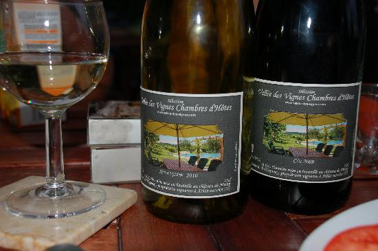Vallee des Vignes Chambres d'Hotes : Local wines on the terrace