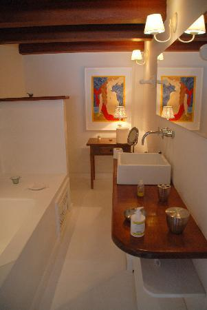 Pousada Casa de Paraty: Bathroom for the upstairs bedroom 7-2011.