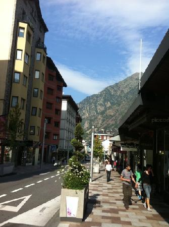 Andorra la Vella, Andorra: calle de tiendas