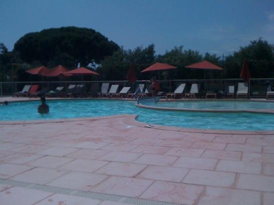 Les Issambres, Francia: piscine vide vers 13h30-14h
