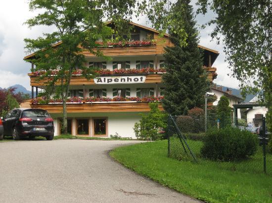 Alm- & Wellnesshotel Alpenhof: Hotel outside