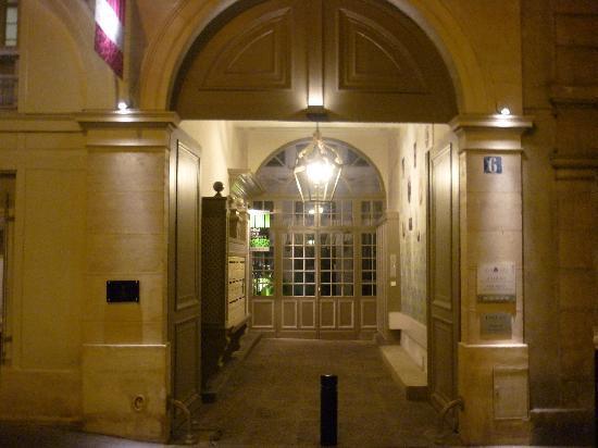 Hotel Design Sorbonne: Entrance to hotel