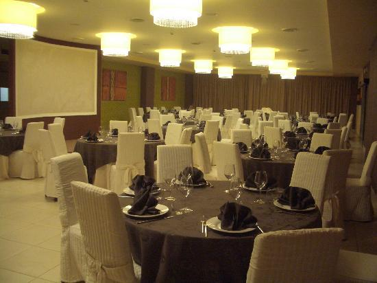 Mediterraneo Palace Hotel : La sala da pranzo, addobbata per una cerimonia