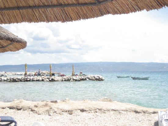 Villa Jerkan: Beach area with shades in view
