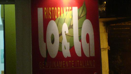 Lo & La: Restaurangskylten