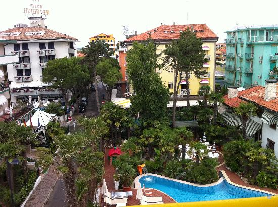 Park hotel Pineta Caorle : Blick in den Garten