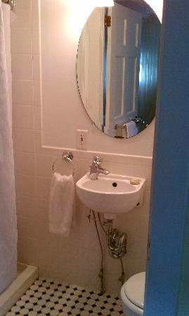 Yankee Peddler Inn: Bathroom