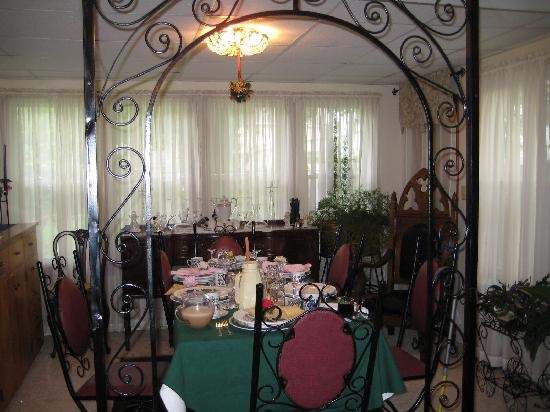 The Convent: Angels Nest Bed & Breakfast: One half of the dining room