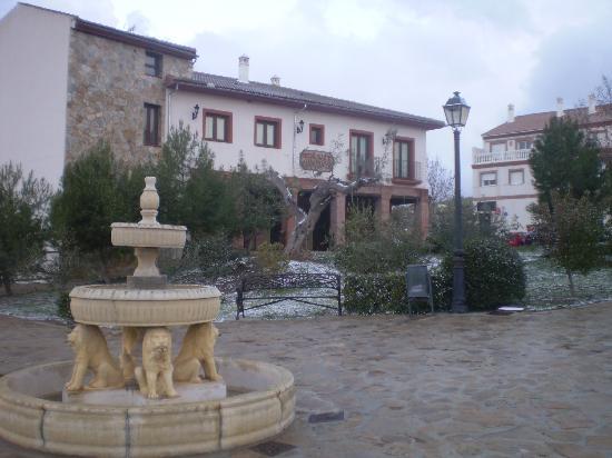 Balcon de los Montes: Fachada con fuente