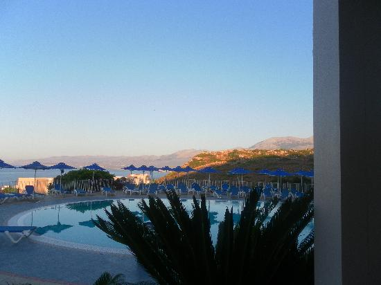 Grand Hotel Holiday Resort : Fun Pool bar at dusk