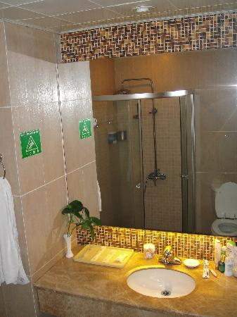 Changlong Hotel: bathroom