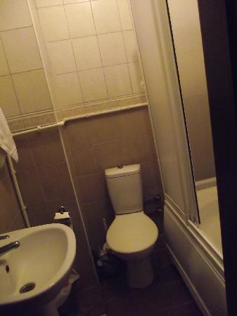Ast Hotel: Badezimmer