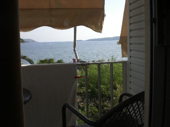 Gialova, Greece: shows how close sea and beach from hotel