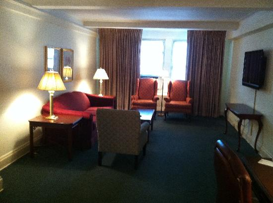 Salisbury Hotel: Living room - Suite 701 on the 7th floor