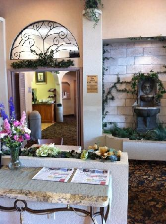 Quality Inn Valley Suites: lovely entryway where they welcome you with fresh cookies and milk