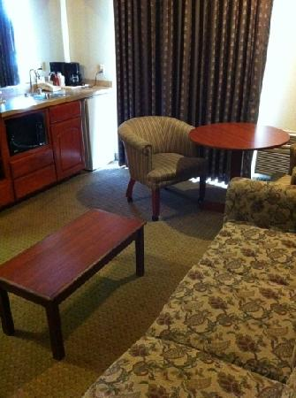 Quality Inn Valley Suites: sitting room and kitchen combo