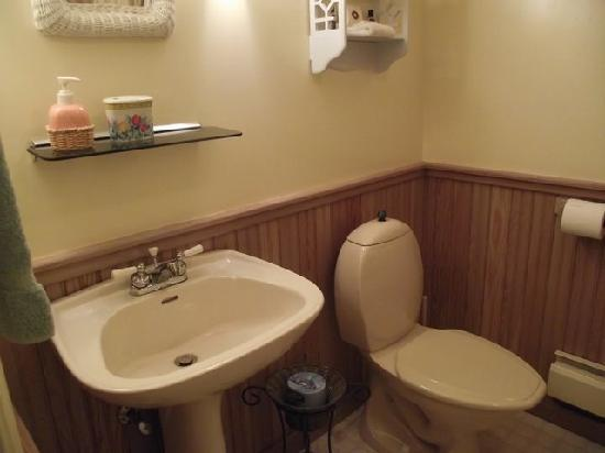 Sand Dollar Inn: private bathroom