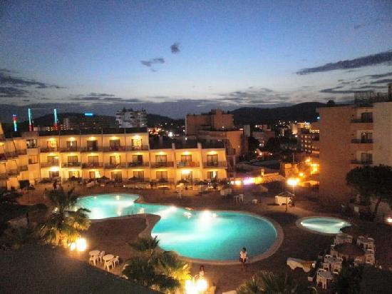 la piscina de noche vista desde la terraza del apartamento - Picture of TRH Magaluf, Palmanova ...