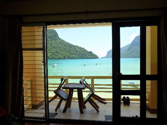 El Nido Beach Hotel: View from our room & bed
