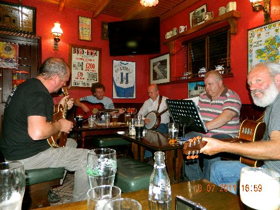 Slieverue, Irland: Mile Post Music Session (100m from Guest House)