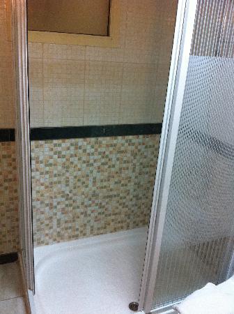 Le Mirage Sharq: shower