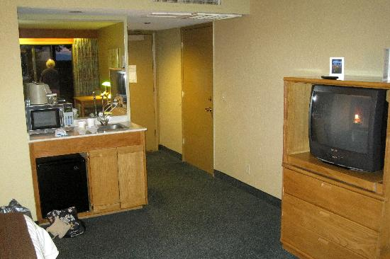 Hotel Azure: Microwave and fridge