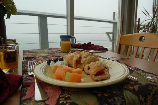 Depoe Bay, OR: Breakfast cannot be served in the rooms. But great view downstairs.
