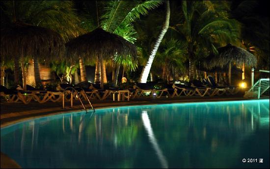 Sol Cayo Largo: Swimming pool at night