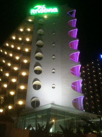 Riviera Beachotel: Hotel at night