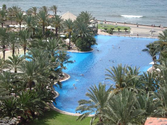 Lopesan Costa Meloneras Resort, Spa & Casino: infinity pool from one of the towers