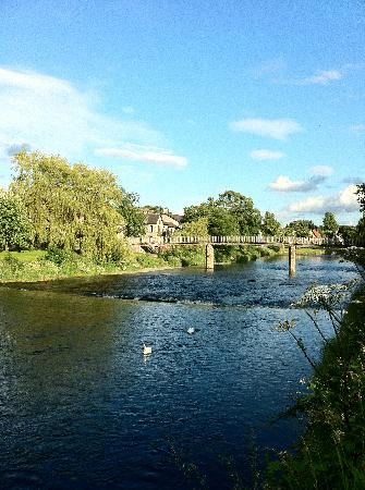 Stonecross Manor Hotel: the walk along the river in kendal