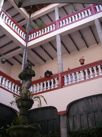 Hostal Quito Cultural: vista interna del hostal