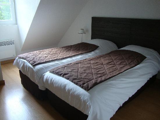 Residence les Jardins de Balnea: Chambre parentale. Nb : les lits sont  petits (70cm)