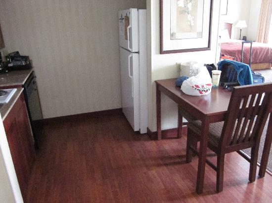 Homewood Suites by Hilton Anchorage: Suite 130 1BR accessible kitchen