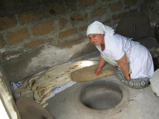 Three Jugs: baking lavash in tondyr