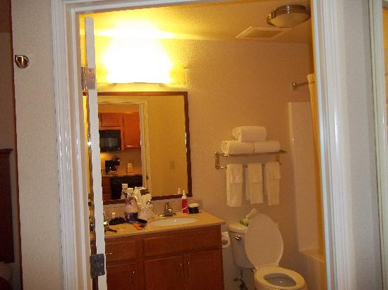 Candlewood Suites Fayetteville-Univ. of Arkansas: bathroom