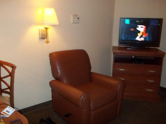 Candlewood Suites Fayetteville-Univ. of Arkansas: recliner and TV