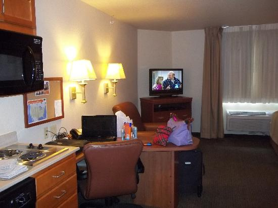Candlewood Suites Fayetteville-Univ. of Arkansas: view of room from door