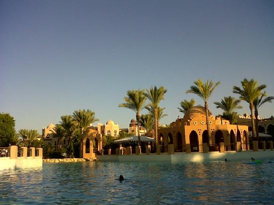 โรงแรมมาคาดี พาเลส: view from pool side