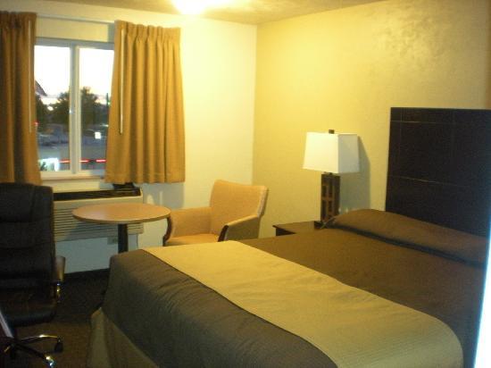 Super 8 Woodburn: King Bed Room #320