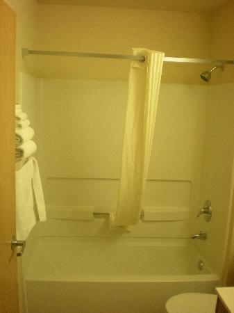 Super 8 Woodburn: Bathroom