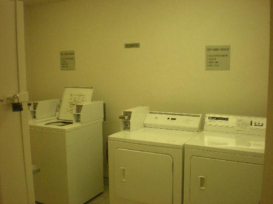 Super 8 Woodburn: 1st floor Washing machines