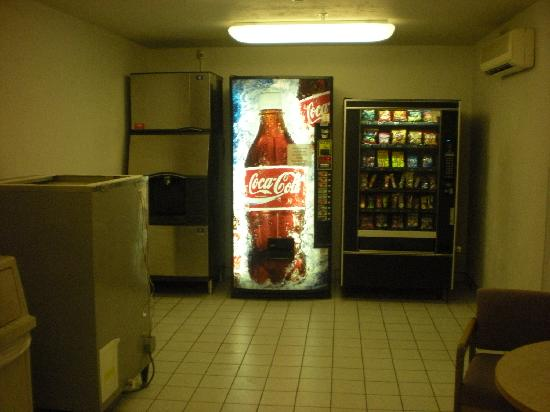 Super 8 Woodburn: Ice & vending machine