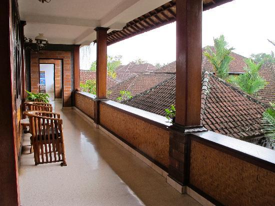 Mawar Homestay: corridor where 1st floor rooms are