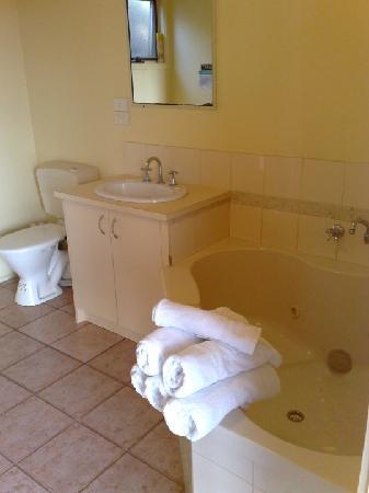 Lorne Erskine Falls Cottages: Ocean View Cottage Bathroom