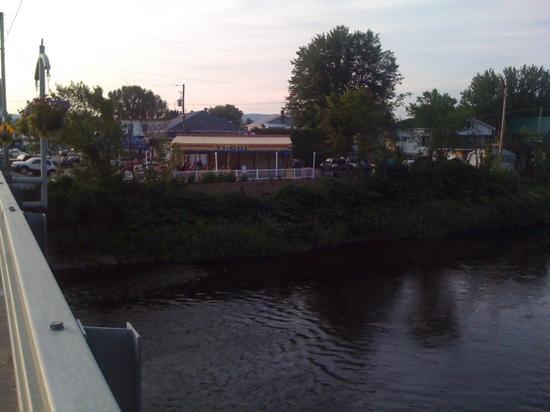 Ti-Oui Snack Bar: terrasse Ti-Oui sur la rivière