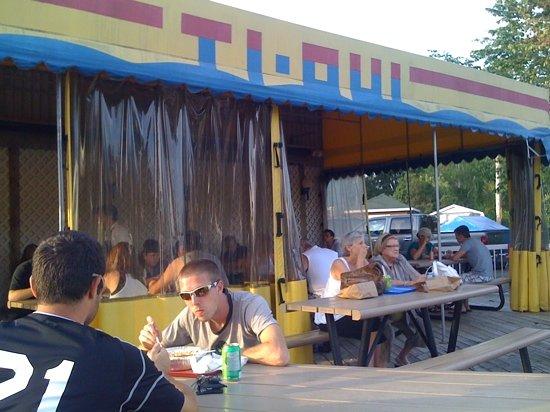 Ti-Oui Snack Bar: Terrasse et abris