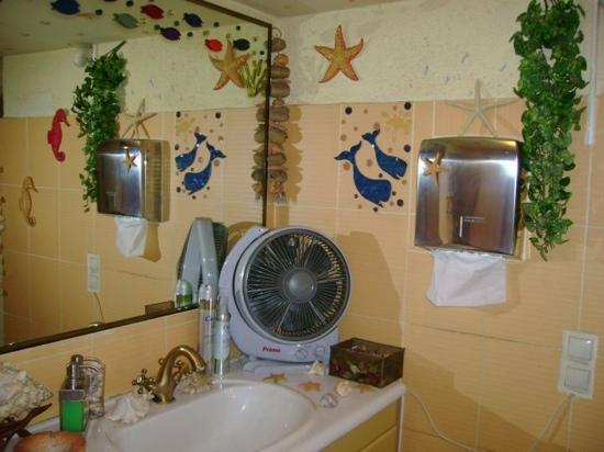 Online Internet Cafe & Bar : Sea themed toilets