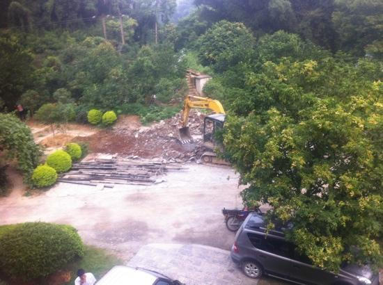 Snow Lion Riverside Resort: no more garden at the front. Sunday 7 am demolition