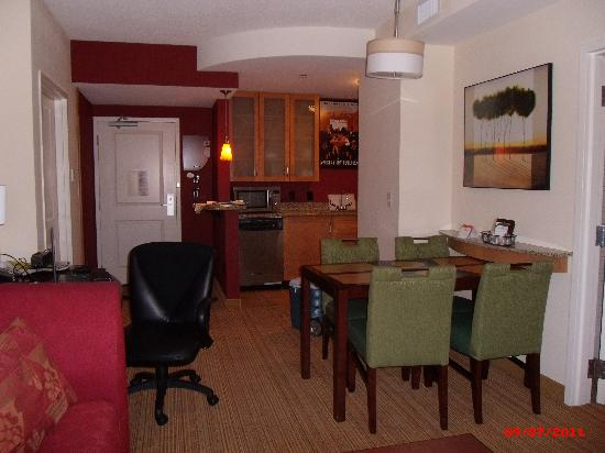 Residence Inn Norfolk Downtown: Kitchen, dining and desk